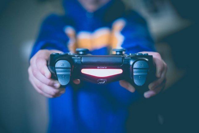 Coronavirus: l'OMS vuole che le persone stiano a casa a giocare con i videogiochi