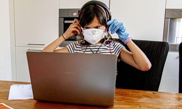 Coronavirus: restare incollato allo schermo aiuta a restare sano di mente