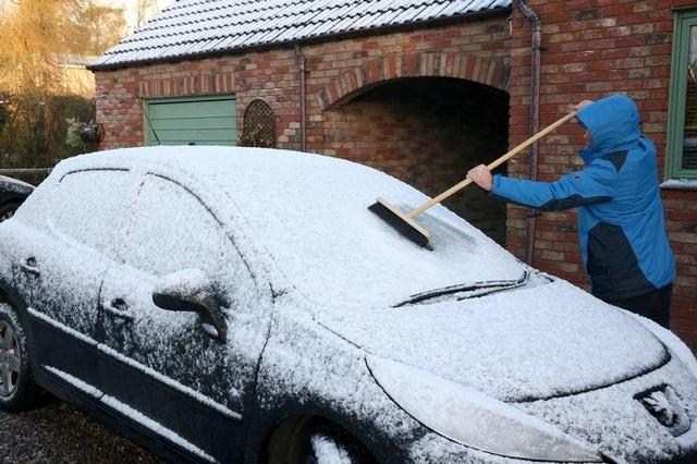 Sbrinare il parabrezza: come scongelare
