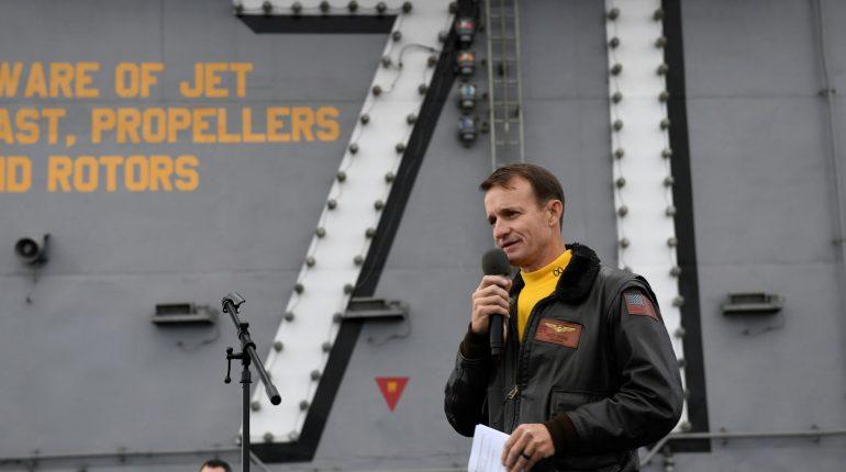 """Coronavirus: """"licenziato"""" il comandante della portaerei che voleva salvare gli uomini a bordo"""